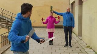 乒乓球拍接飛刀影片